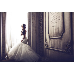 フリー写真, 人物, 女性, アジア人女性, 中国人, ウェディングドレス, 結婚式(ブライダル), 花嫁(新婦), 人と風景, 横顔, 石碑