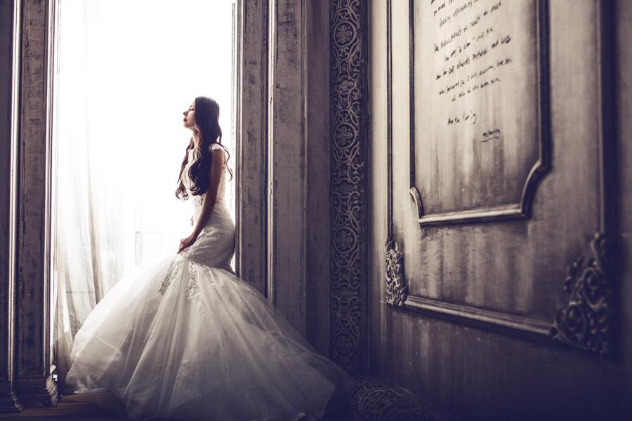 フリー写真 石碑とウェディングドレス姿の花嫁