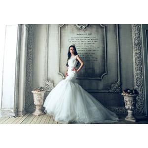 フリー写真, 人物, 女性, アジア人女性, 中国人, ウェディングドレス, 結婚式(ブライダル), 花嫁(新婦), 人と風景, 腰に手を当てる, 石碑