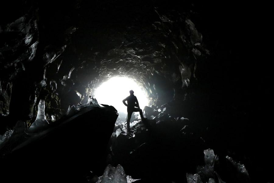 フリー写真 人物のいる洞窟内の風景