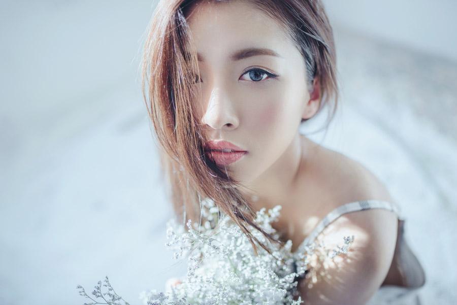 フリー写真 花束と青い瞳の女性ポートレイト