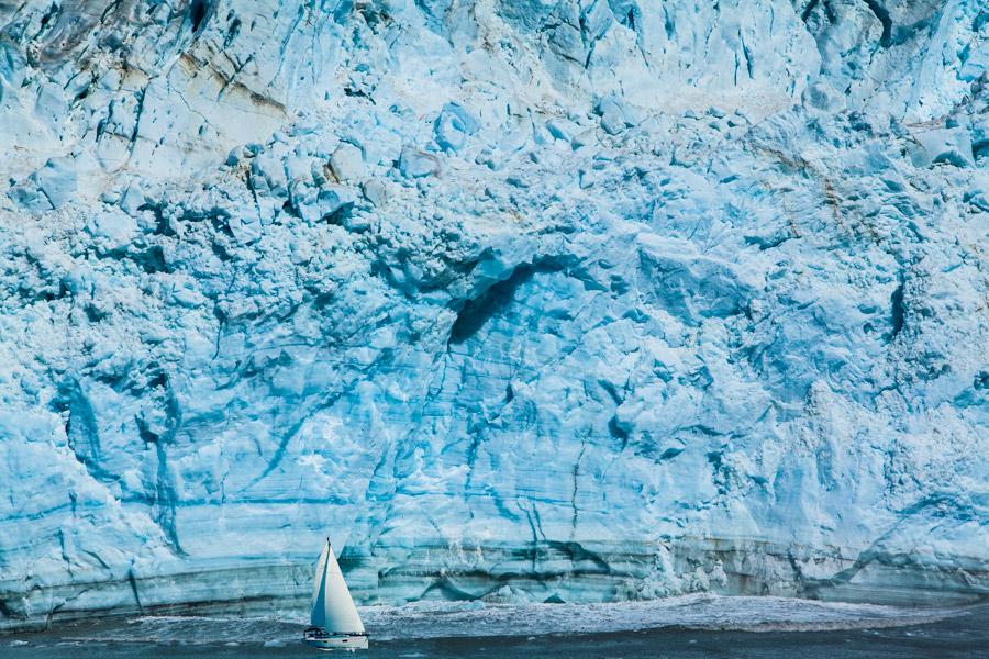 フリー写真 アラスカのハバード氷河とヨットの風景