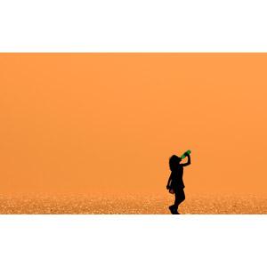 フリー写真, 人物, 子供, 女の子, シルエット(人物), 飲む, 飲み物(飲料), 人と風景, 海, 夕暮れ(夕方), 夕焼け, オレンジ色