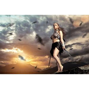 フリー写真, 人物, 女性, 外国人女性, 戦士, 武器, 剣(ソード), 羽根(羽毛), 人と風景, 夕暮れ(夕方)