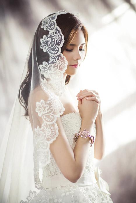 フリー写真 神様に祈る花嫁