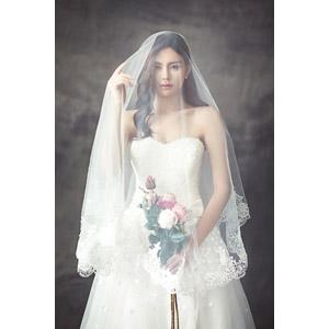 フリー写真, 人物, 女性, アジア人女性, 女性(00248), 中国人, 結婚式(ブライダル), ウェディングドレス, ベール, 人と花, 薔薇(バラ), ブーケ