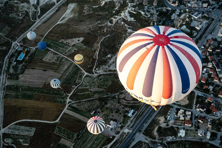 フリー写真 トルコの街の上空に浮かぶ熱気球