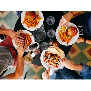 フリー写真, 人物, 集団(グループ), 食事, 料理, 食べる, 四人, 食べ物(食料), パン, ハンバーガー, ファーストフード, フライドポテト, 食卓(テーブル)
