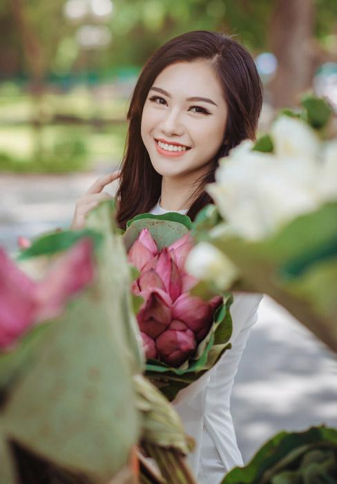 フリー写真 蓮の花を抱えて微笑む女性