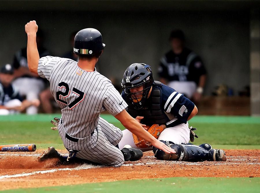 フリー写真 野球の本塁でのクロスプレー