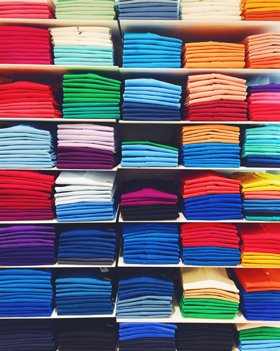 フリー写真 並べられたカラフルな洋服
