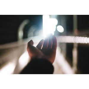 フリー写真, 人体, 手, 光(ライト), 手を伸ばす