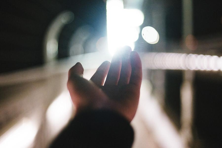 フリー写真 光と伸ばした手