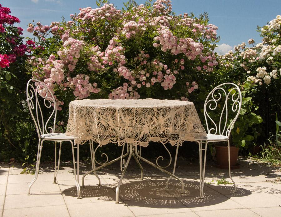 フリー写真 庭に置かれたガーデンテーブルとチェア