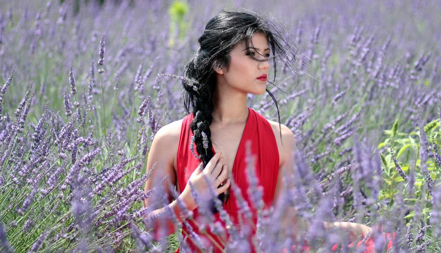 フリー写真 ラベンダー畑の中の外国人女性
