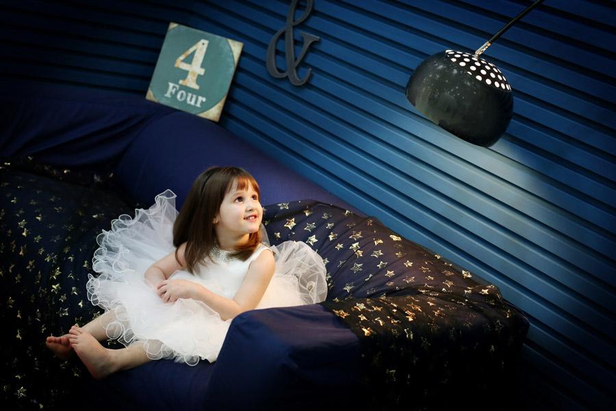 フリー写真 ソファーに座って照明を見ている外国の女の子