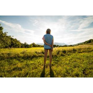 フリー写真, 人物, 女性, 外国人女性, 後ろ姿, 人と風景, 畑