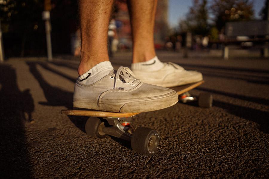 フリー写真 スケボーに乗る男性の足元