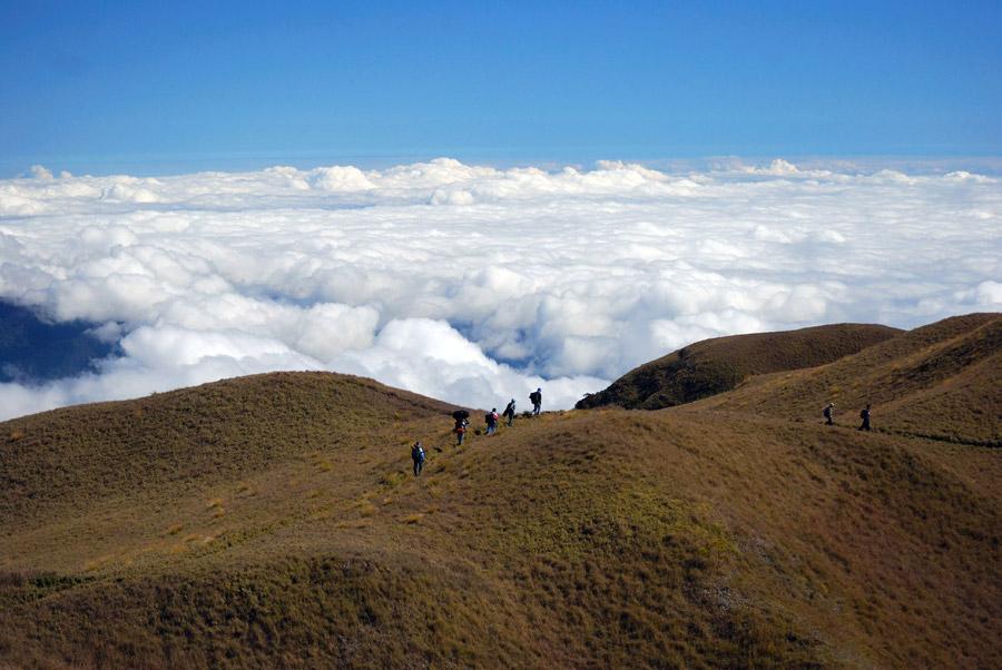 フリー写真 雲海とプログ山の登山者