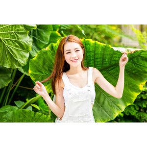 フリー写真, 人物, 女性, アジア人女性, 女性(00249), 中国人, 葉っぱ, サロペット