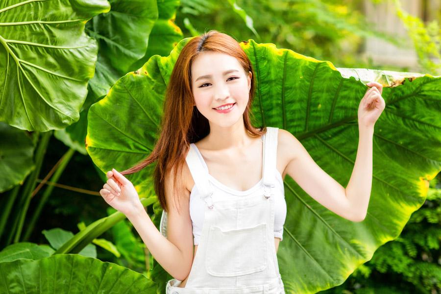 フリー写真 大きな葉っぱの前の女性ポートレイト