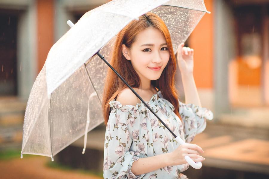 フリー写真 傘を差す女性のポートレイト