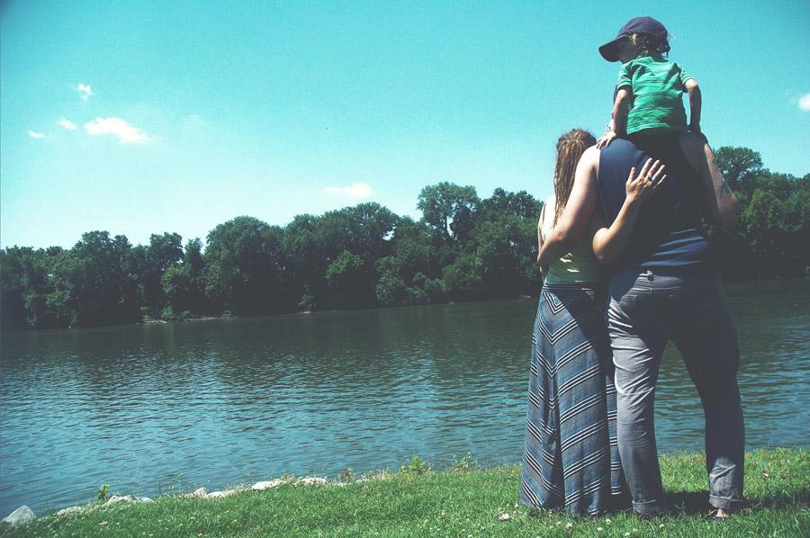 フリー写真 川の前の三人家族