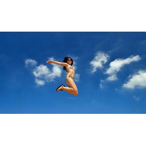 フリー写真, 人物, 女性, アジア人女性, サングラス, 水着, ビキニ, 空, 青空, 雲, 夏, 跳ぶ(ジャンプ), 歓喜
