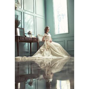 フリー写真, 人物, 女性, アジア人女性, 中国人, 結婚式(ブライダル), ウェディングドレス, 花嫁(新婦), 座る(椅子)