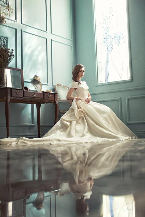フリー写真 ウェディングドレスを着て椅子に座る花嫁