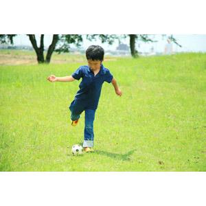 フリー写真, 人物, 子供, 男の子, アジアの男の子, 日本人, 男の子(00250), スポーツ, 球技, サッカー, 芝生, 蹴る(キック)