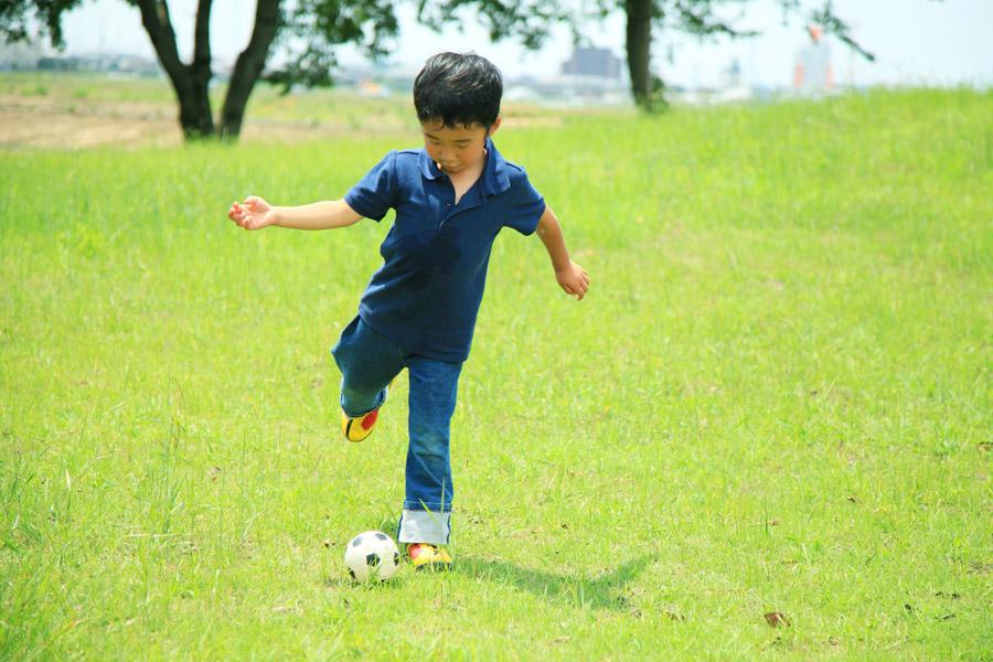 フリー写真 サッカーをしている男の子