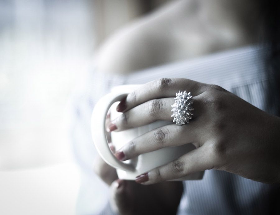 フリー写真 マグカップを持つ女性の手