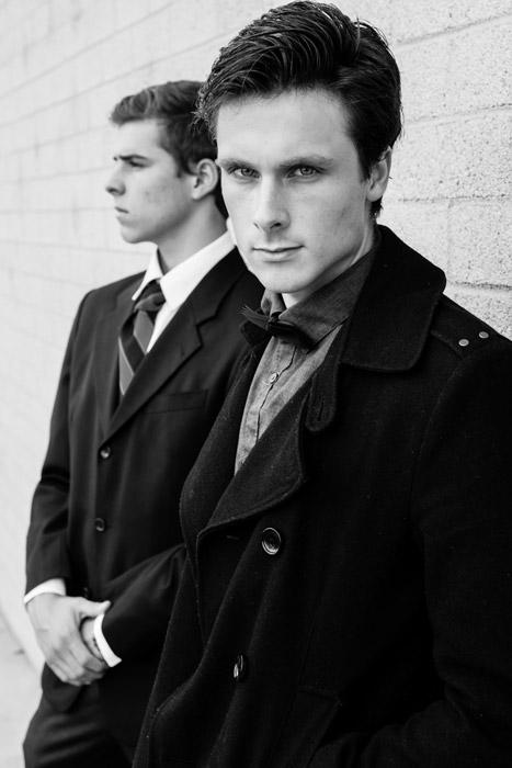 フリー写真 コートとスーツ姿の二人の外国人男性