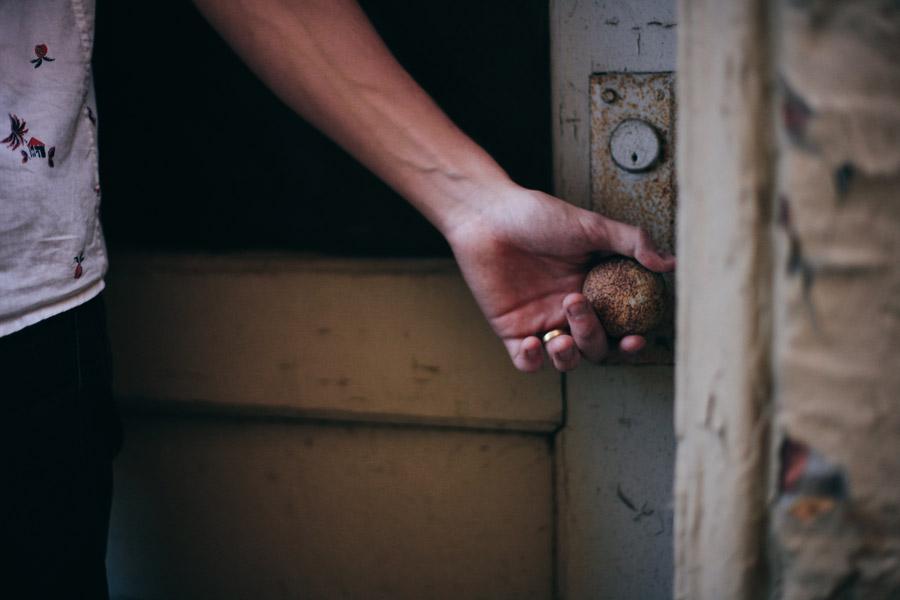 フリー写真 古びたドアを開ける手