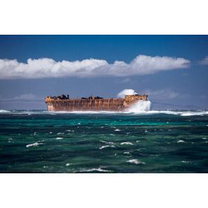 フリー写真, 風景, 海, 座礁船(放置船), 船, 波しぶき