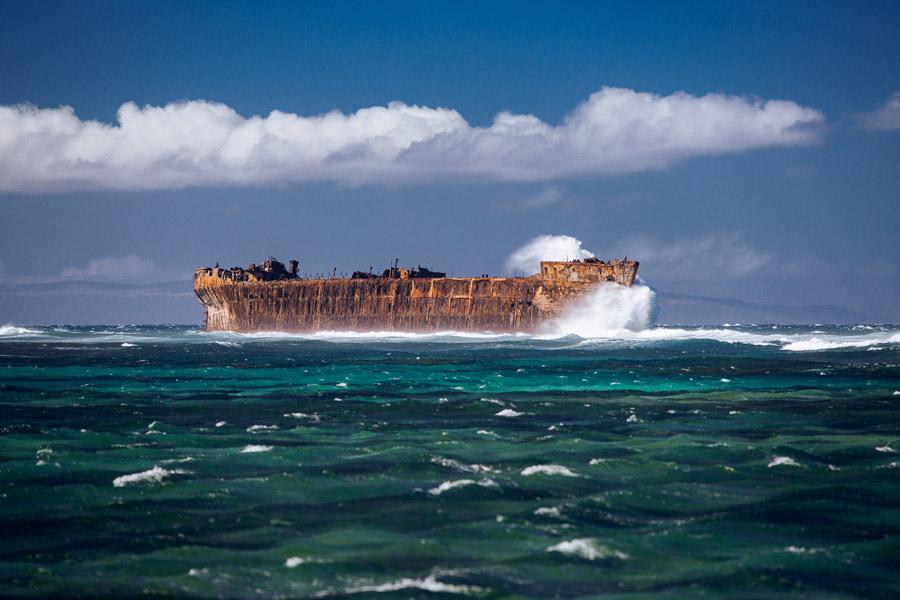 フリー写真 海に放置されたままの難破船