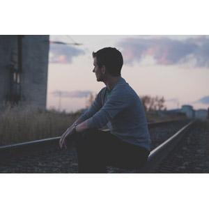 フリー写真, 人物, 男性, 外国人男性, 線路(鉄道), 夕暮れ(夕方), 人と風景