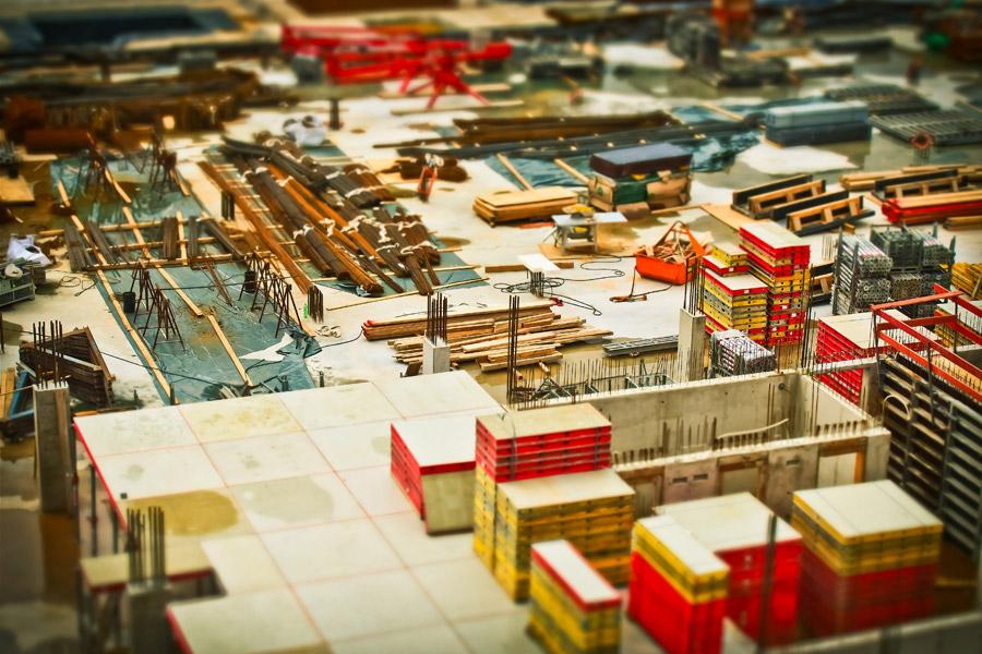 フリー写真 たくさんの資材が置かれた建設現場の風景