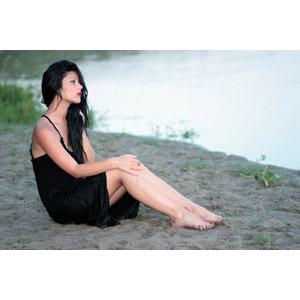 フリー写真, 人物, 女性, 外国人女性, 女性(00215), ルーマニア人, 横顔, 座る(地面), ワンピース