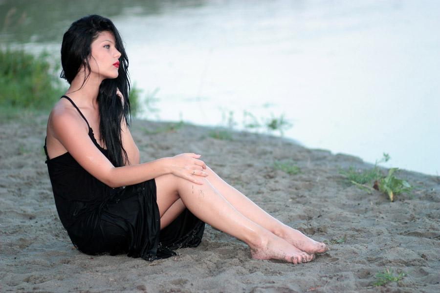 フリー写真 砂場に座っている外国人女性