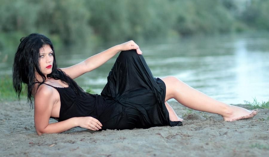フリー写真 砂場に寝転ぶ外国人女性