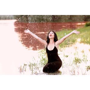フリー写真, 人物, 女性, 外国人女性, 女性(00215), ルーマニア人, ワンピース, 手を広げる, 水しぶき, 河川