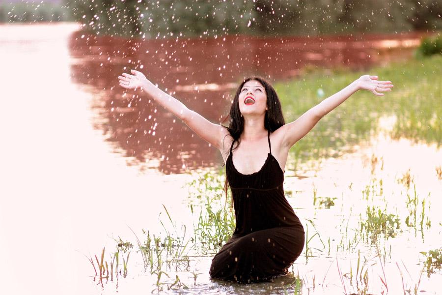 フリー写真 水しぶきと手を広げる外国人女性