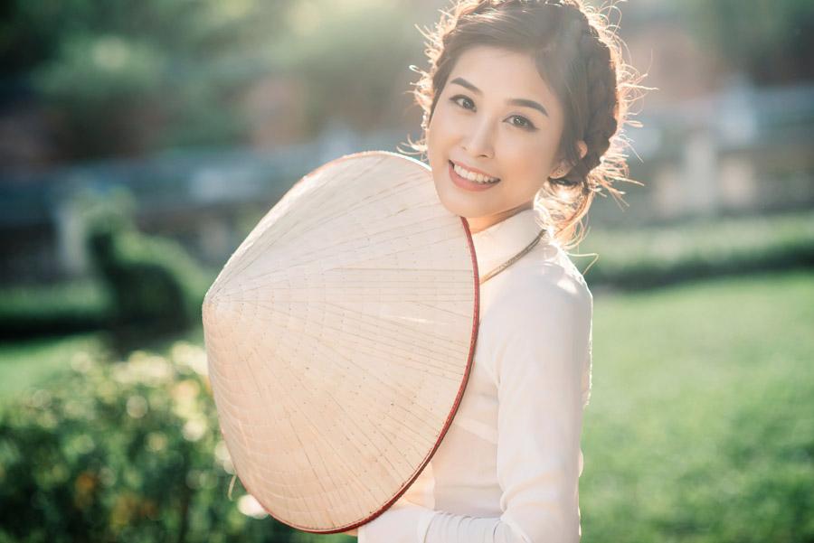 フリー写真 ノンラーを持ったベトナム人女性
