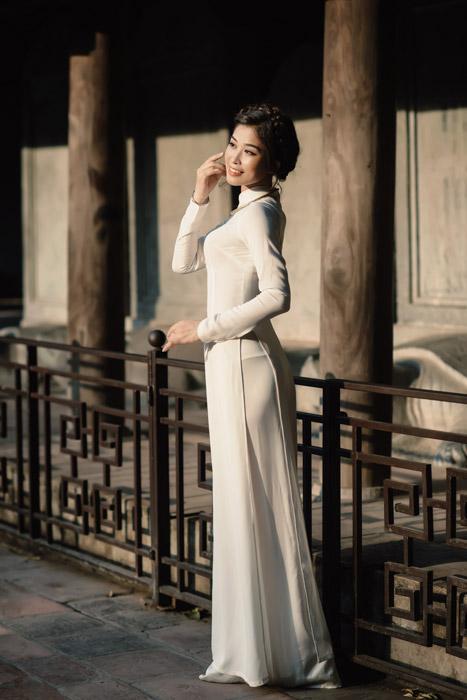 フリー写真 アオザイを着たベトナム人女性の全身ショット