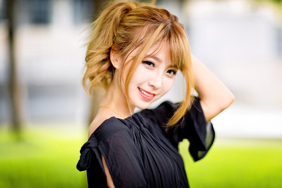 フリー写真 黒色の服を着て微笑む女性のポートレイト
