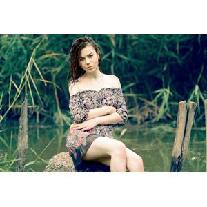 フリー写真, 人物, 女性, 外国人女性, 女性(00252), ルーマニア人, 座る(石), 河川