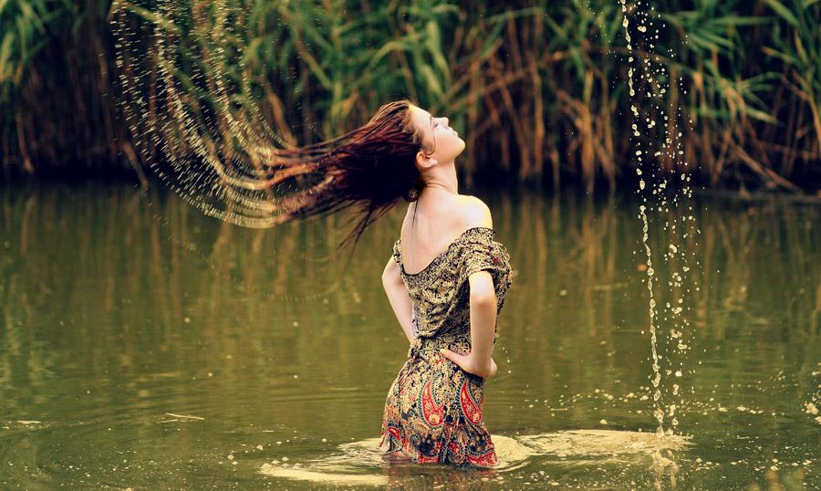 フリー写真 濡れた髪の毛を振り上げる外国人女性