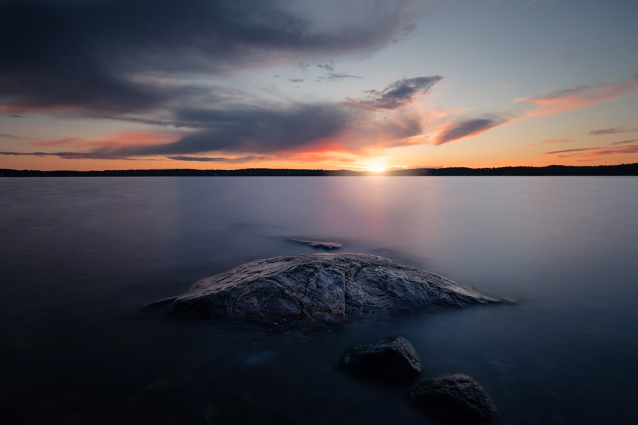 フリー写真 日の入りと海と岩の風景